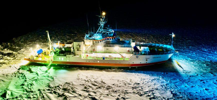 Forskningsfartyget Aranda på sin övervakningsresa i Bottenviken i januari 2021. Fartyget förbereder sig för installation av Meteorologiska institutets isboj. Foto: Ilkka Lastumäki, SYKE.