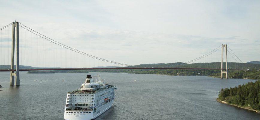 birka_cruises_vid_hogakustenbron.jpg